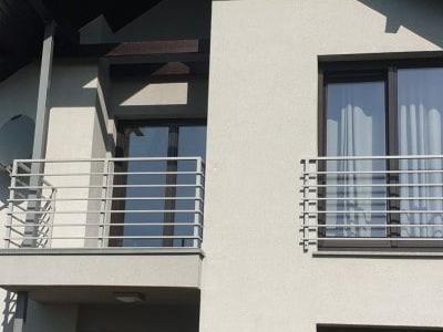 balustrada przed oknem