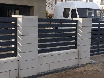 brama z ogrodzeniem